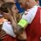 Как футболисти на Дания спасиха с жив щит своя другар от шокиращи снимки и камери