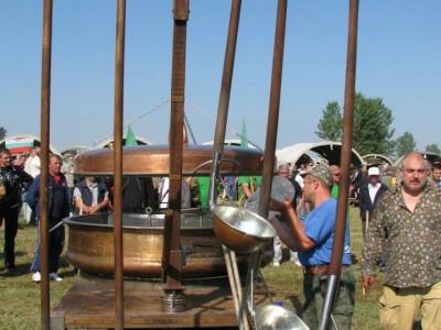 Ути Бъчваров пристига със 600 литров казан в Гоце Делчев
