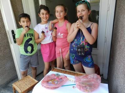 """Деца дариха заработени със собствен труд пари на сдружение """"Хроника срещу рака"""""""