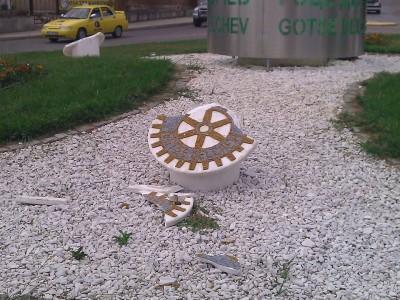 Вандали счупиха знака на Ротари на входа на гр. Гоце Делчев
