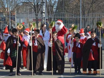 Дядо Коледа пристигна по обед в двора на Първо ОУ в Гоце Делчев