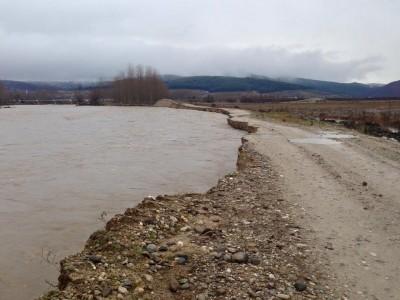 Скъсана дига на река Места край Хаджидимово заля ниви и замеделски път, има потенциална опасност за моста към село Блатска