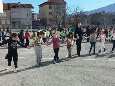 Деца пеят и танцуват срещу агресията