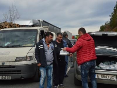 Храна и вода за бедстващите шофьори на границата край Гоце Делчев