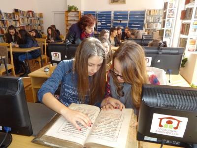 Млади хора са провокирани от тайните на старопечатните книги в гоцеделчевската библиотека