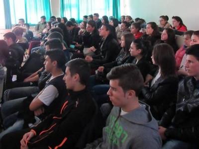 Млади любители на химията от НПГ днес се срещнаха с университетски преподаватели