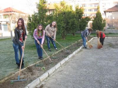 Млади ентусиасти от Гоце Делчев отбелязаха деня на земята в аванс