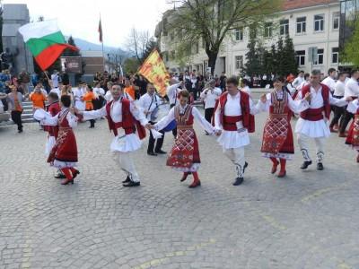 Десет състава ще празнуват в събота в Гоце Делчев на международния ден на танца