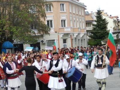 Неуморими и вдъхновени любители на българския фолклор се събраха в Гоце Делчев за международния ден на танца