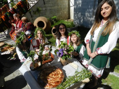 Великденска трапеза в двора на музея на Гоце Делчев