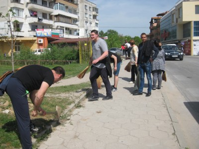 """Младите хора от ПГ по МСС """"Пейо Яворов"""" почистиха зоната около училището и в центъра на Гоце Делчев"""