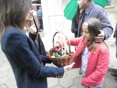 Подарък великденско яйце се приема с радост и усмивка