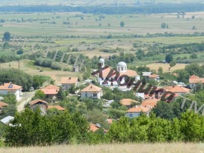 Пожарникари и доброволци гасиха пламъци в черквата на село Ново Лески
