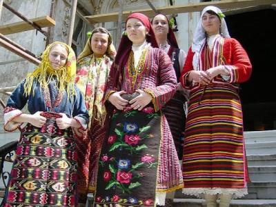 Най-голямото българско знаме на пилон ще се вее в Разлог пред 100 хиляди почитатели на фолклора