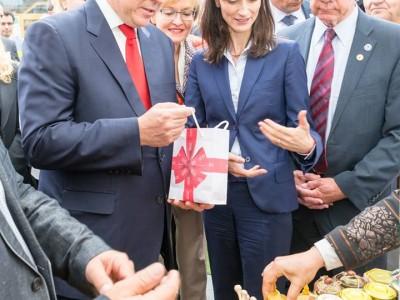 Мария Габриел и принцът на Монако откриха селище на пчелата в центъра на Брюксел
