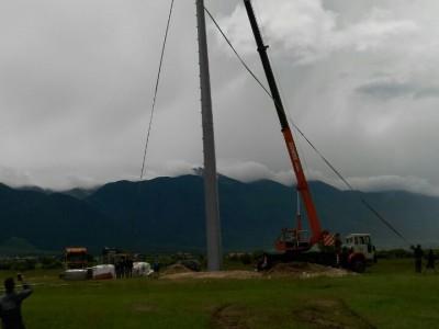 35 -метров трикольор на шесттонен пилон се издига край Разлог