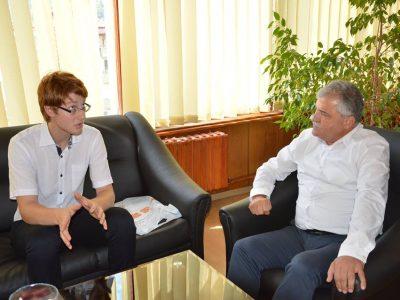Кметът на Гоце Делчев подари ценен учебник на медалист в международна олимпиада