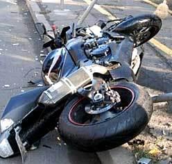 Неправоспособен с мотоциклет се блъсна в автомобил