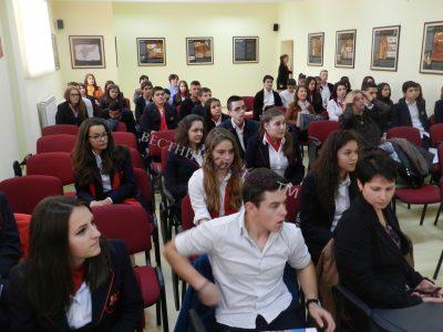 """Награди за десетте най-добри ученици по английски език в деня на отворените врати в ПМГ """"Яне Сандански"""" в Гоце Делчев"""