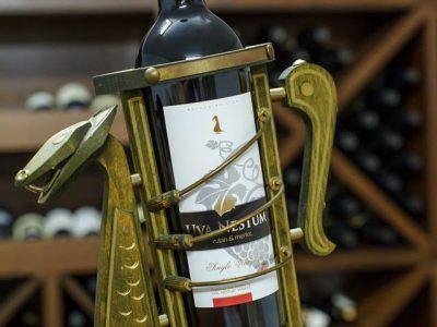 Здраве с чаша вино от избата на Ува Нестум