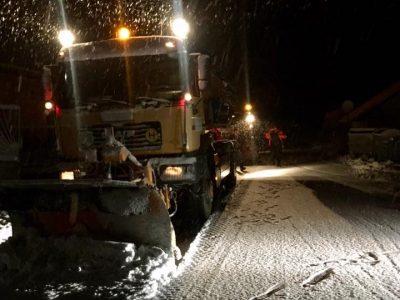 Първият снегорин през нощта излезе на пътя през Попови ливади