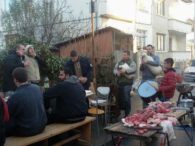 """И тази година на улица """"Булаир"""" направиха весела свинска сватба по Коледа"""