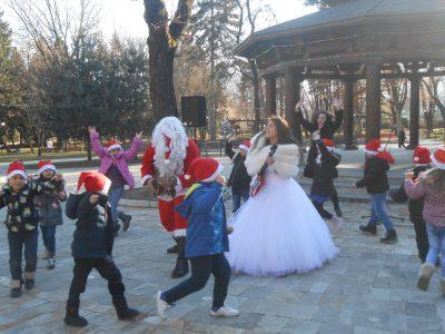 Децата от с. Мосомище дариха наградата си за най-добре украсено коледно дърво на децата на с. Хитрино
