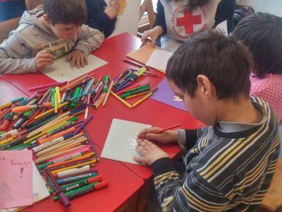 Млади червенокръстци от Гоце Делчев изработиха с деца от социален дом мартенички и картички