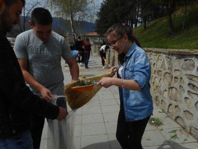 """ПМГ """"Яне Сандански"""" също се включи в акция по почистването на Гоце Делчев"""