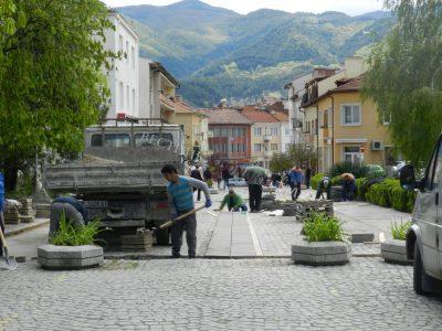 Подменят повредената настилка в центъра на Гоце Делчев