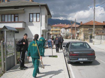 """Бъдещи лесовъди засадиха фиданки на улиците """"Мидия"""" и """"Завоя на Черна"""" в град Гоце Делчев"""