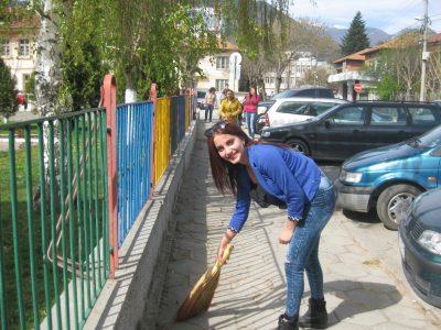 "Учениците от гимназия ""Пейо Яворов"" се включиха в пролетното почистване на град Гоце Делчев"