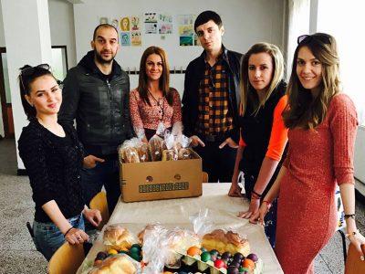 Младежи зарадваха с козунак и великденски яйца възрастни хора от Гоце Делчев