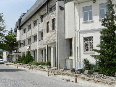 Как жителите на Гоце Делчев приемат ремонта на улицата пред сградата на централната поща
