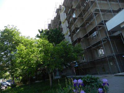 Граждани се тревожат: Блок 4 Б в ЖК ЮГ в Гоце Делчев се санира през пръсти