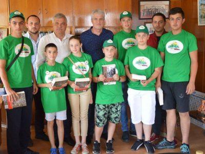 """Млади туристи от клуб """"Пирински стражи"""" в Трето ОУ днес се срещнаха с кмета и председателя на Общинския съвет в Гоце Делчев"""