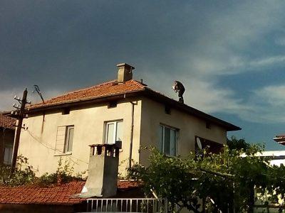 В Гоце Делчев днес поправят щетите от бурята, спасени са много малки щъркелчета, три загинаха