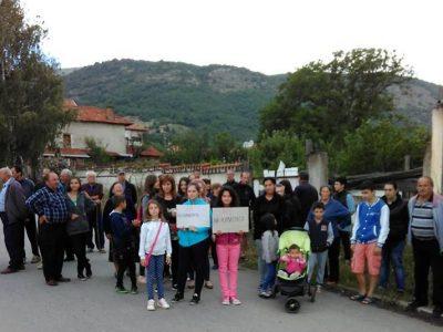 Трети ден жителите на Ново Лески протестират срещу кариера до селото им, заплахи срещу председателя на ИК Десислава Йованович