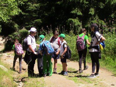 """Младите туристи от клуб """"Пирински стражи"""" покориха връх Свещник и почистиха целия маршрут от боклуци"""