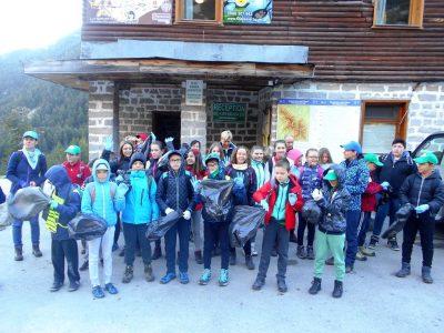 Млади туристи от Гоце Делчев почистиха около Бъндеришките езера в Пирин