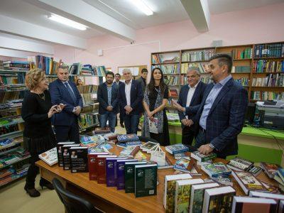 Три ежегодни стипендии, литература и техника за дигитализация на библиотеката на гимназията в родния му град дариха децата на политика Николай Добрев