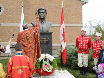 Отец Валери Шумаров от Гоце Делчев освети първия паметник на Васил Левски в Канада