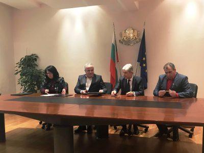 Kметовете на Гоце Делчев, Гърмен и Хаджидимово и министърът на околната среда и водите, подписаха договор за изграждане на две инсталации за преработка на отпадъци