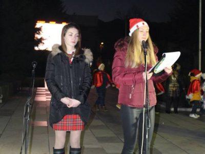Отличната ученичка Кристина Попова запали светлините на коледната елха в град Гоце Делчев