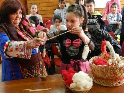 Децата на Гоце Делчев са готови да посрещнат Баба Марта с оригинални мартеници