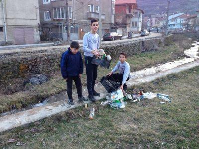 Момчета от Гоце Делчев почистиха коритото на реката, край която живеят