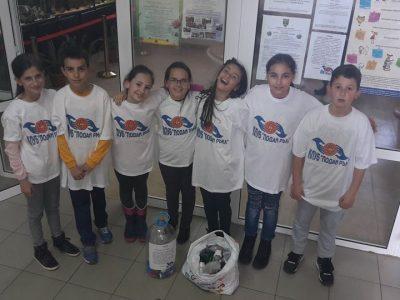 Млади доброволци събират пластмасови капачки за закупуване на медицинска апаратура