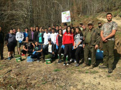 Тридесет младежи засадиха хиляда фиданки бял бор край Гоце Делчев