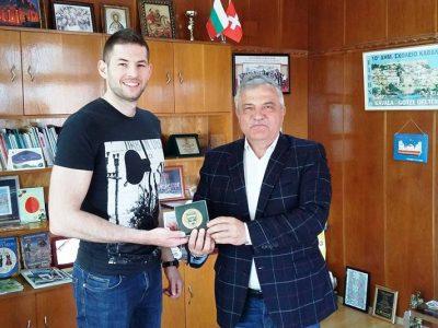 Кметът на община Гоце Делчев връчи почетния знак на града на републиканския шампион по кикбокс Костадин Кърджалийски