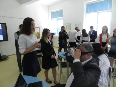 """15 хромбук устройства от днес са на разположение на ученици и преподаватели в ПМГ """"Яне Сандански"""" в град Гоце Делчев, най-новата технология е дарение от бивш възпитаник на училището"""